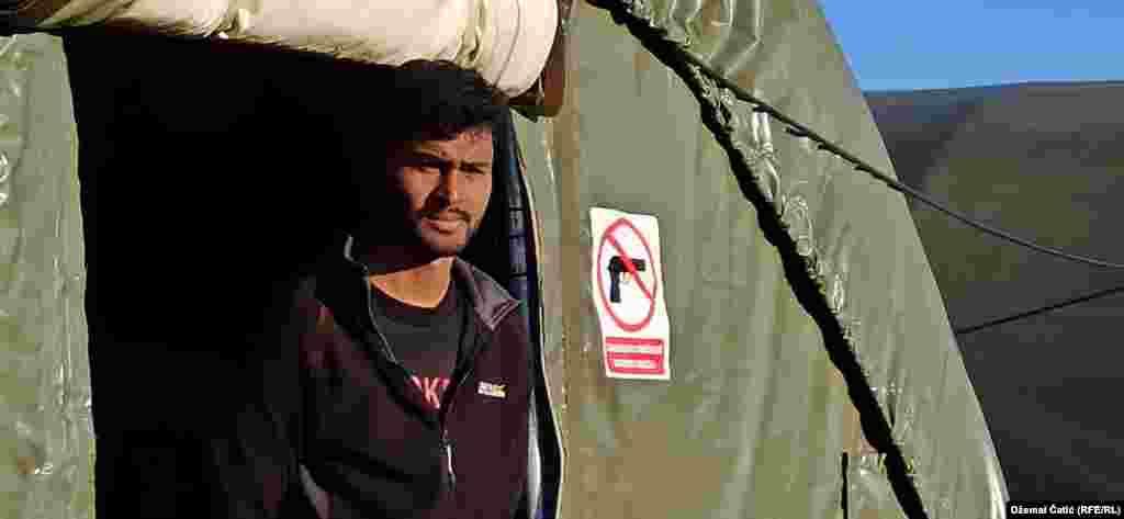 """Uprkos pritiscima EU i međunarodne zajednice da se dozvoli povratak migranata u kamp Bira, vlasti Unsko-sanskog kantona, jednog od deset kantona u Federaciji BiH, to nisu dozvolile. (Foto: Kamp """"Lipa"""" 18 februara 2021.)"""