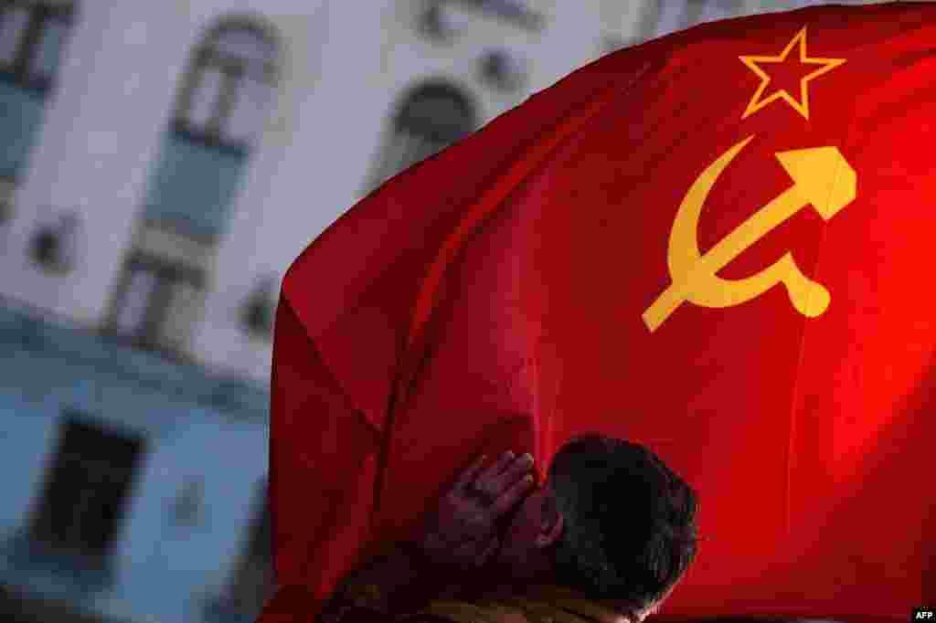 Сторонники вхождения Крыма в состав России часто используют советскую символику