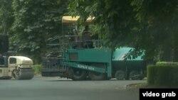 """""""Меади"""" компаниясына таандык асфальт төшөй турган машине УКМКнын имаратына кирип бара жатат."""