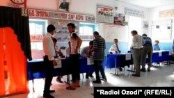 Куляб облысында референдумға дауыс беруге келген адамдар. Тәжікстан, 22 мамыр 2016 жыл.