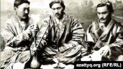 20 ғасыр басындағы қазақ зиялылары. Ортада отырған – Міржақып Дулатұлы.