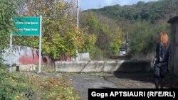 Получается довольно странная вещь: пригонять иномарки из Поти – неопасно для республики, кушать контрабандные грузинские яблоки – тоже, а вот поехать на операцию в Тбилиси или встретиться с грузинами по линии НПО – недопустимо