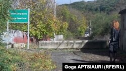 С 1 мая, по неофициальным данным, пропуски, дающие право на пересечение границы с Грузией, получили около полутора тысяч жителей Ленингорского района. Приблизительно стольким же отказано, так как они не проживают на территории района