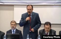 Qədimşah Sadıxov (ortada). Mənbə: http://gencalim.az