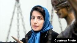نسرین ستوده در دفتر وکالتش در تهران