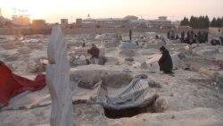 Бездомная туркменка поселилась на кладбище в Афганистане