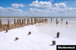 Ельтон – найбільше в Європі солоне озеро (мінеральне озеро) з ропою, з якого українські чумаки добували сіль. Озеро розташоване на півночі Прикаспійської низовини у нинішній Волгоградській області Росії, поблизу кордону з Казахстаном