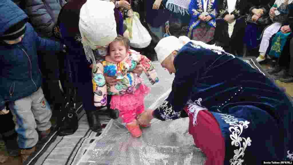 """Традиционный казахский обряд """"тусау кесу"""" (разрезание пут у детей). Ритуал символизирует начало нового этапа в жизни ребенка – умение ходить, познавать мир."""