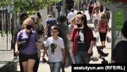 Люди на улице в Ереване. 10 сентября 2020 года.