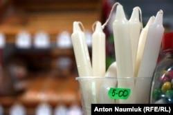 Свечи на случай перебоев с электричеством - один из самых ходовых товаров в мариупольских магазинах