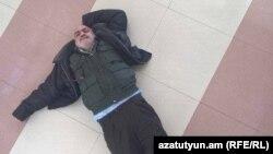 Վարդգես Գասպարին դատարանի դահլիճում՝ հատակին պառկած, 21-ը հունվարի, 2016թ.