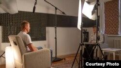 Intervjuisanje Srebreničana u prostorijama bh. ureda Fondacije Filmom za mir