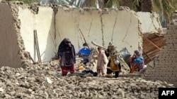 Պակիստան -- Բնակիչները շրջում են երկրաշարժից քանդված տան ավերակներում, 25-ը սեպտեմբերի, 2013թ․