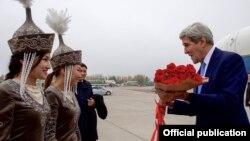 Kerry në Bishkek të Kirgizisë.