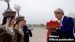 Джона Керри встречают в киргизском аэропорту Манас, где с 2001 по 2014 года базировалась авиабаза США