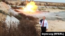 Олександр Воробйов на тлі газовідводу, де Україна змушена спалювати «зайвий» газ