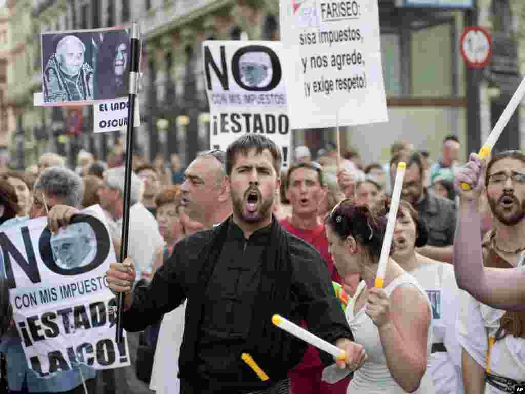 В Іспанії протестують проти візиту папи Бенедикта XVI до Мадрида 17 серпня. Photo by Daniel Ochoa de Olza for AP