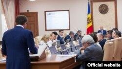 Directorul Centrului de implementare a reformelor Iurie Ciocan în fața cabinetului de miniștri de la Chișinău