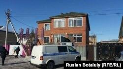 Астанада жертөлесі өртеніп, бір бала қайтыс болған, бір жағында жекеменшік балабақша орналасқан үй. Астана, 3 наурыз 2015 жыл.