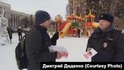 Волонтер штаба Навального в Кемерове Василий Каверин и сотрудник полиции