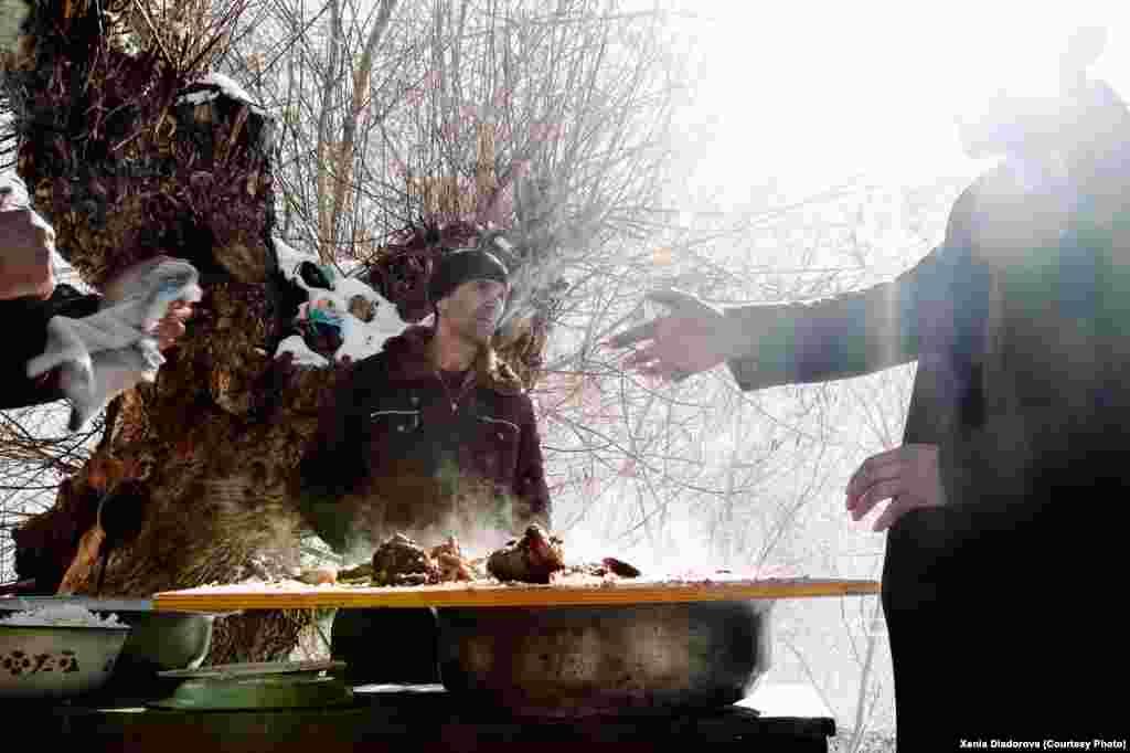 Егер бір үйде қандай да бір мереке бола қалса отбасы көп етіп палау пісіріп, әйелдер ыдысқа салынған дәмді ауылдағы барша үйге таратады.