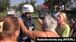 Представники місії ОБСЄ спілкуються з цивільним населенням