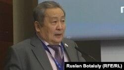 Член Российской академии наук Арнольд Тулохонов. Астана, 26 мая 2016 года.