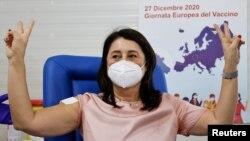 """Лекарка от Неапол показва знака на победата, след като е ваксинирана с препарата на """"Пфайзер"""" и """"Бионтек"""""""