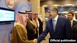 Сауд Арабияга расмий сапар менен барган президент Алмазбек Атамбаев аталган өлкөнүн Соода-өнөр жай палатасынын өкүлдөрү менен жолугууда. 3-декабрь, 2014-жыл