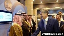 Атамбаев Сауд Арабиянын расмий өкүлдөрү менен жолугушууда. 4-декабрь, Эр-Рияд.