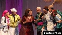 """Musiqili teatrda """"Ər və arvad"""" tamaşasından bir səhnə."""
