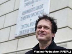 Мариус Миок у таблички на стене реформатской церкви в Тимишоаре