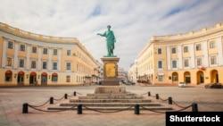 Памятник дюку де Решелье в центре Одессы