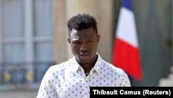 Mamoudou Gassama Yelisey sarayından çıxır