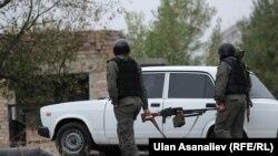 Сотрудники милиции, задействованные в розыске бежавших из СИЗО в Чуйской области Кыргызстана. 14 октября 2015 года.