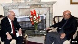 Темой переговоров Дика Чейни с Хамидом Карзаем были меры безопасности на афгано-пакистанской границе против талибов