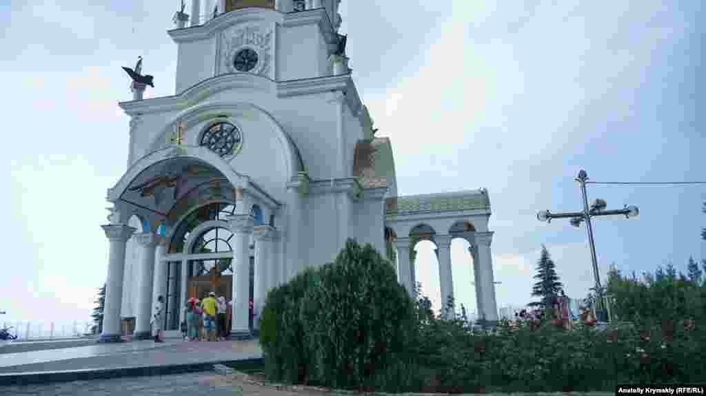 Східна частина храму, повернена до моря, прикрашена мозаїчним зображенням Святителя Миколая, архієпископа Мирлікійського, Чудотворця. Він був визнаний Святим Отцем у православних греків ще в V столітті