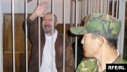 Арон Атабек сот залында тұр. Алматы, 5 қазан 2007 жыл. (Көрнекі сурет)