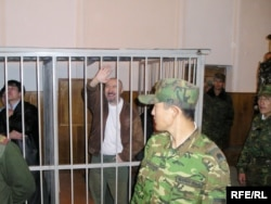 Арон Атабек сот залында тұр. Алматы, 5 қазан 2007 жыл.