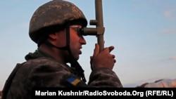 Украинский военный на передовой позиции на востоке Украины. Иллюстративное фото.