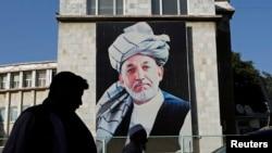 Гигантский портрет президента Афганистана Хамида Карзая на здании в Кабуле. 26 июня 2014 года.