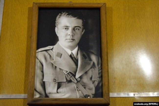 Партрэт Энвэра Ходжы ў антыядзерным бункеры