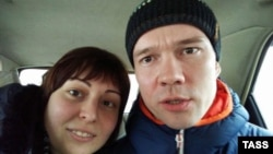 Ильдар Дадин (оң жақта) мен әйелі Анастасия Зотова. Рубцовск, Алтай өлкесі, Ресей, 26 ақпан 2017 жыл.