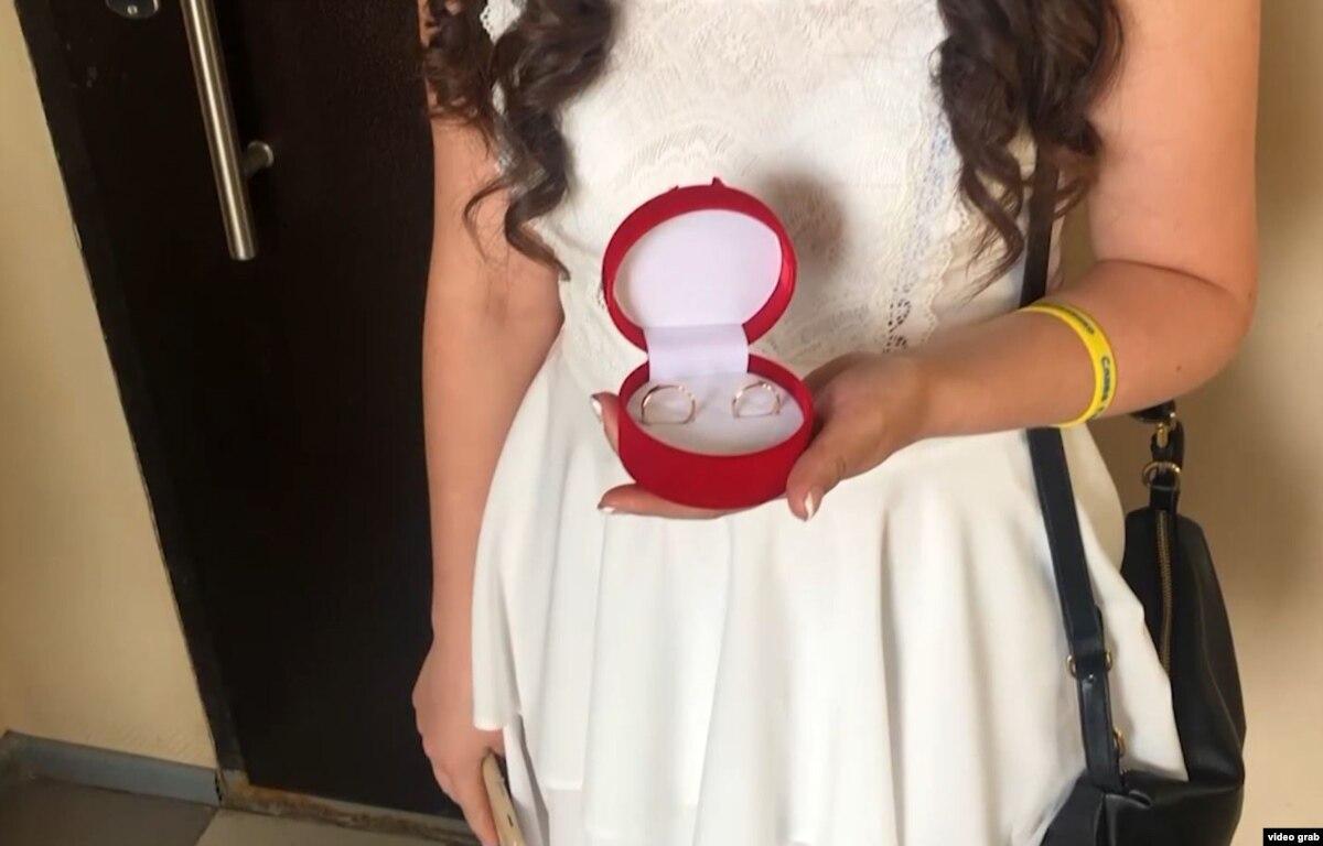 «Угадаю с размером кольца или нет – пальцы похудели». Жена захваченного украинского моряка рассказывает о свадьбе в СИЗО