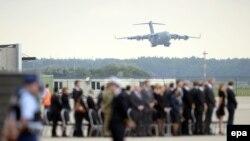 """На военном аэродроме в Эйндховене (Нидерланды) встречают самолет с телами 45 погибших в крушении """"Боинга"""" под Донецком (25 июля 2014 года)"""