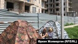 Дольщики в палатках рядом с недостроенным комплексом «Комсомольский». Астана, 3 июля 2018 года.