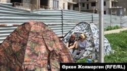 """""""Комсомол"""" тұрғын үй кешені жанында шатыр тігіп, наразылық танытып жатқан үлескерлер. Астана, 3 шілде 2018 жыл."""