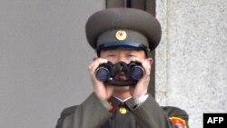 Северокорейские пограничники на страже Родины