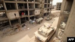 """Фалужжа аймагында """"Ислам мамлекетине"""" каршы согушуп Ирактын согуштук танкасы жана башка техникалары. Душмандарга көрүнбөсүн деп атайын түсүн бойоп коюшкан. 10-сентябрь, 2015-жыл"""