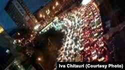 Ива Читаури 24 ноября заснял с помощью своего мобильного телефона тысячи огней от фар автомобилей, застывших на отрезке столичной автомобильной дороги в несколько километров